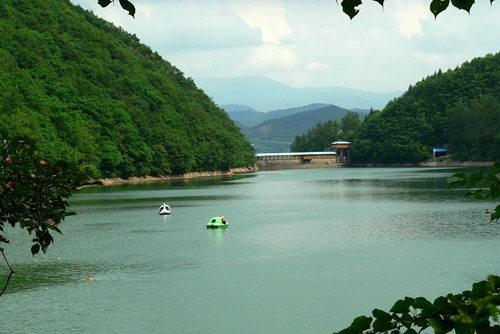 青山湖风景区:湖光山色 风格独特
